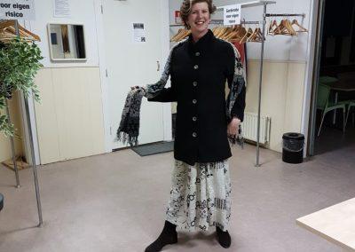 Elize met de jas die Margo heeft gemaakt voor haar dochter